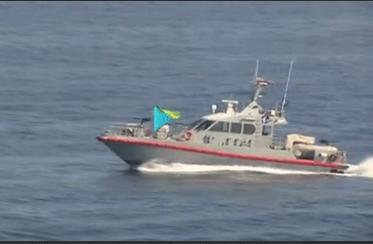 نزدیک شدن قایقهای تندرو ایران به ناو آمریکایی در خلیج فارس+ فیلم