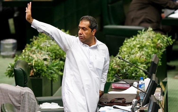 مشاجره لفظی درازهی با خبرنگاران در راهروی مجلس؛ «به تو ربطی ندارد، دنبالم نیا»