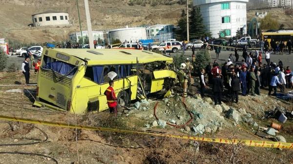 مرگ ۷ دانشجوی علوم و تحقیقات بر اثر واژگونی اتوبوس در محوطه دانشگاه/ احتمال افزایش کشتهشدگان+ عکس و فیلم