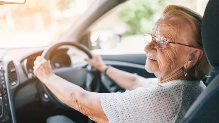 گواهینامه رانندگی خودرو افراد سالمند