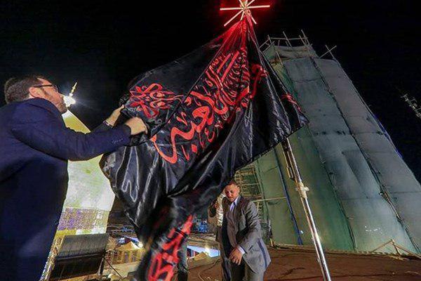پرچم عزا بر فراز گنبد حرم مطهر امام علی (ع) نصب شد