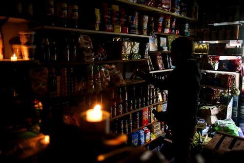 خاموشی سراسری چند ساعته در آرژانتین/ فروشگاهی در شهر بوینوسآیرس/ رویترز