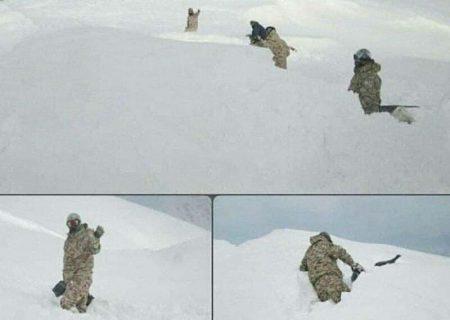 مرزبانان دلیر تا کمر در برف/عکس