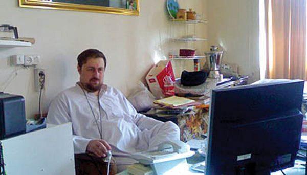 عکس متفاوت سیدحسن خمینی در اتاق کارش