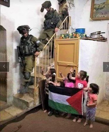 عکس تاریخی کودکان فلسطینی و سربازان اسرائیلی