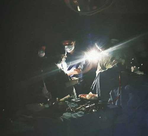 وضعیت اتاق عمل یک بیمارستان در پی قطعی برق/ عکس