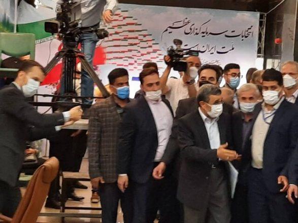 محمود احمدینژاد برای انتخابات اعلام کاندیداتوری کرد