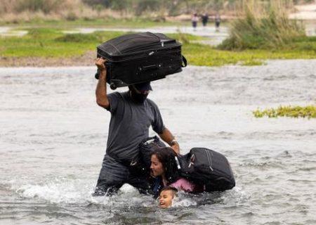 عبور پناهجویان از رود مرزی بین مکزیک و آمریکا