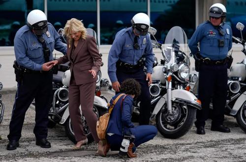 افتادن پاشنه کفش همسر بایدن در فرودگاه / عکس