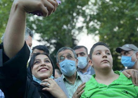 عکس های یادگاری احمدینژاد با مردم در روز مناظره انتخابات