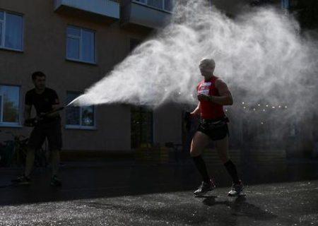 خنک کردن دوندگان ماراتن در روسیه/ عکس