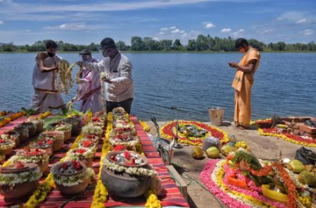 تزیین ظروف خاکستر اجساد فوتی های کرونا در هند/ عکس