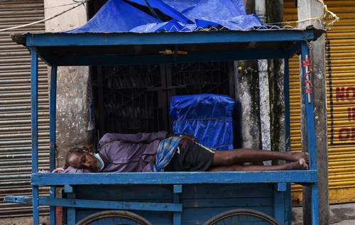 خواب مرد دستفروش هندی در قرنطینه کرونایی/ عکس