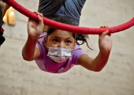تمرین دختر نوجوان برای سیرکی در مکزیک/ عکس
