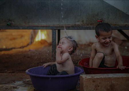 خنک کردن کودکان در دمای ۴۰ درجه/ عکس