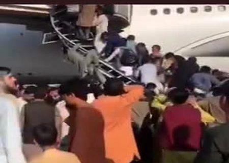 وضعیت فرودگاه کابل ؛ مردم می خواهند به زور سوار هواپیما شوند/ فیلم و عکس