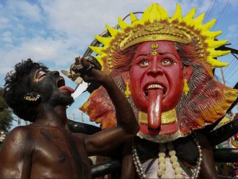 نمایش مرد هندو با مار در جشنواره بونالو/ عکس