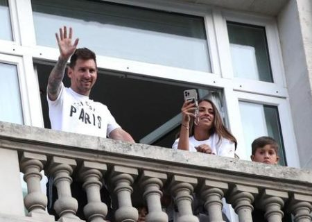 لیونل مسی و خانواده در پاریس/ عکس