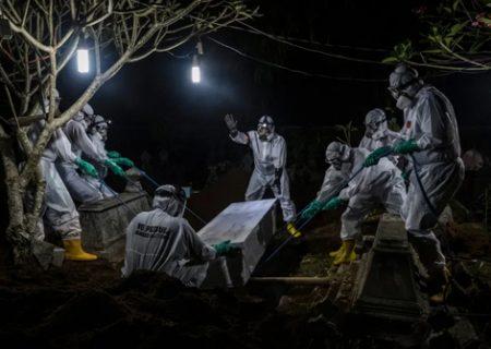 دفن شبانه فوتی های کرونا در اندونزی/عکس