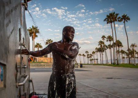 دوش گرفتن مرد بی خانمان در کالیفرنیا/ عکس