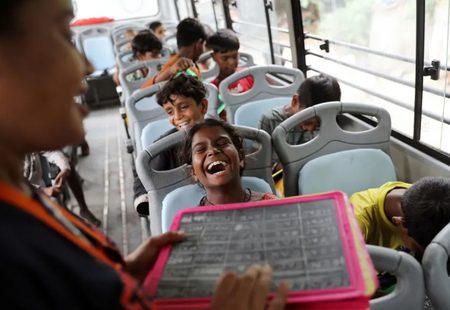 مدارس اتوبوسی برای کودکان زاغه نشین در هند/عکس