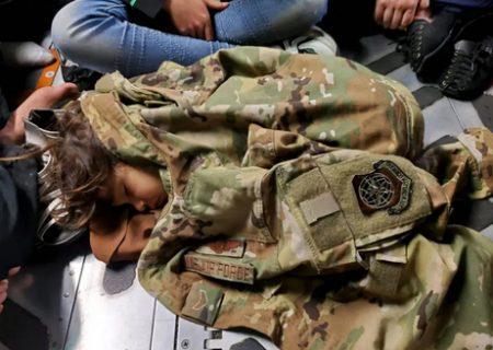 کودک افغان در هواپیمای ترابری نظامی آمریکا/عکس