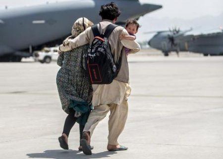 خروج زن و شوهر افغان با هواپیماهای ترابری نظامی از کابل/ عکس