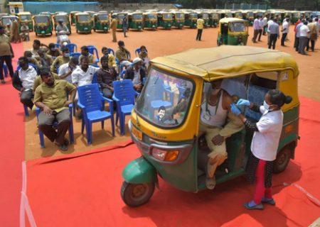 """واکسیناسیون رانندگان """"ریکشا"""" در هند/ عکس"""