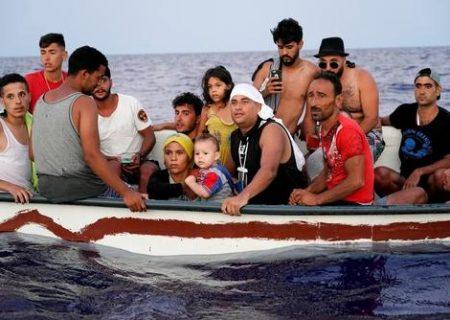۱۸پناهجوی سرگردان روی یک قایق چوبی در دریای مدیترانه/ عکس