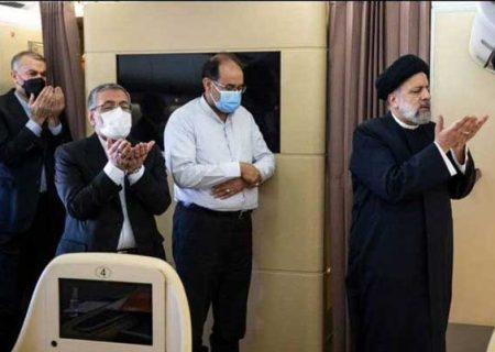 نماز به امامت رئیسی در هواپیما / عکس