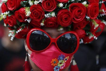 پوشش عجیب یک زن در تظاهرات ضددولتی تایلند/ عکس