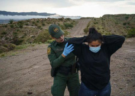 دستگیری زن پناهجو توسط مامور گارد مرزی آمریکا /عکس