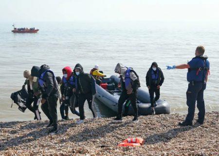 ورود پناهجویان با قایق به ساحل انگلیس/ عکس