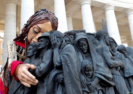 عروسک ۳۵ متری نماد مهاجران سوری در واتیکان/ عکس