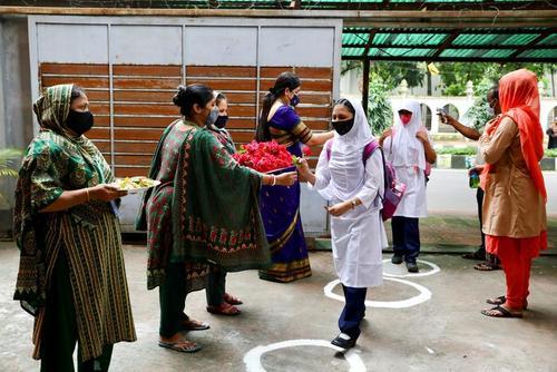 استقبال معلمان از دانش آموزان در بنگلادش/ عکس