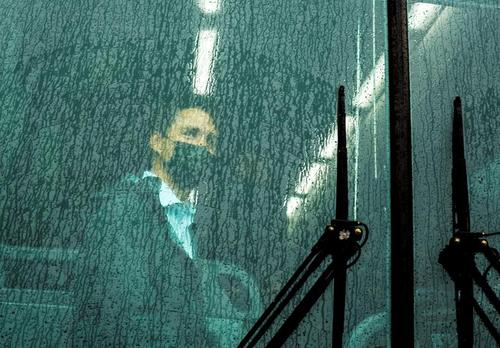 نخست وزیر کانادا سوار بر اتوبوس انتخاباتی /عکس