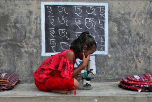 کلاس دانش آموز هندی در فضای باز/ عکس