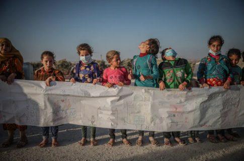 نقاشی ۳۰۰ کودک آواره جنگ سوریه روی کاغذ ۷۵ متری/ عکس