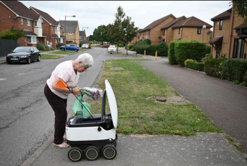 تحویل گرفتن خرید سوپر مارکتی از روبات پیک در انگلیس/ عکس
