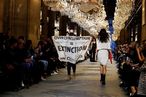 فعالان محیط زیست ، هفته مد پاریس را به هم زدند/ عکس