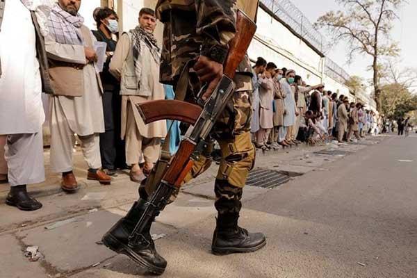 عکس رویترز از صف مقابل سفارت ایران در کابل