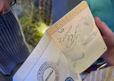احمدینژاد روی پاسپورت طرفدارش یادگاری نوشت/عکس