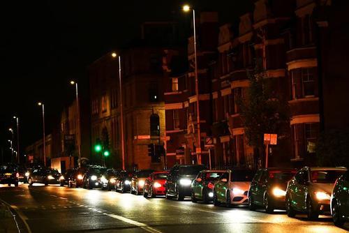 صف های طولانی بنزین در انگلیس/ عکس