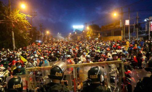 انتظار برای پایان ساعت محدودیت تردد کرونا در ویتنام/ عکس