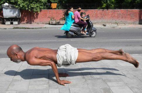 تمرین یوگای مرد هندی/ عکس