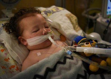 کودک ۲ ساله آمریکایی مبتلا به کرونا در بیمارستان /عکس