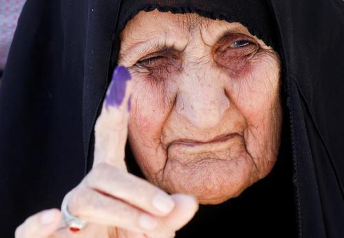 مشارکت پیر زن عراقی در انتخابات/ عکس