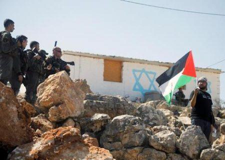 تظاهرات تک نفره جوان فلسطینی مقابل نظامیان اسرائیل/عکس