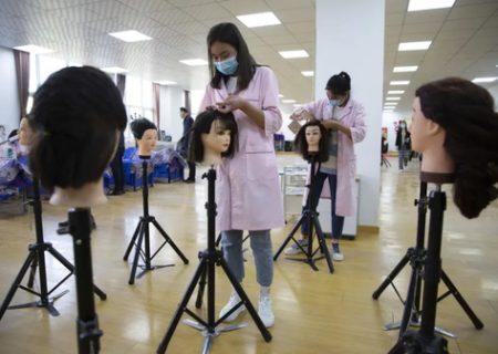آموزش بافتن مو به دانش آموزان چینی/ عکس