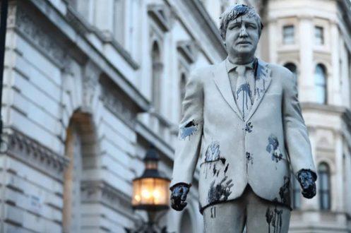 """نفتی کردن مجسمه """"بوریس جانسون"""" توسط فعالان محیط زیست /عکس"""